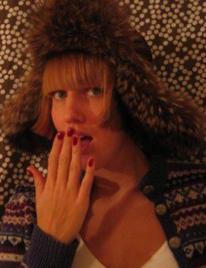 Clara i stor brun pälsmössa med lappar för öronen