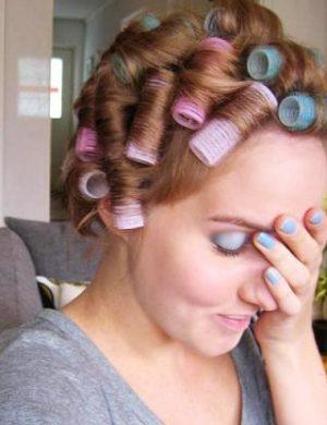 Clara med huvudet fullt av upprullade papiliotter