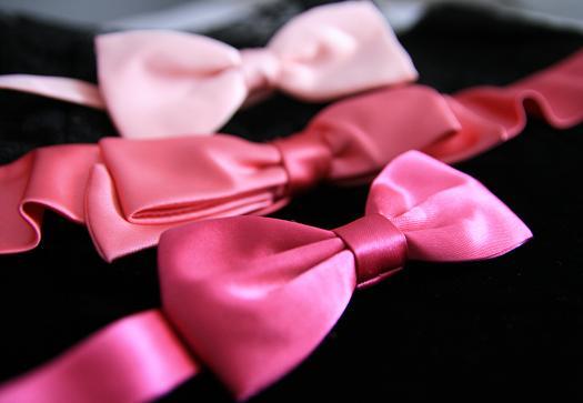 Rosa sidenrosetter i olika nyanser.