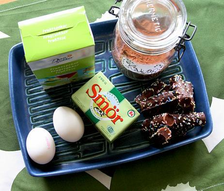 Bakingredienser på köksbordet i blå form av porslin. vfmode-795.jpg
