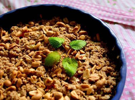 Smulpaj med jordnötter på toppen. 4rabarber.jpg
