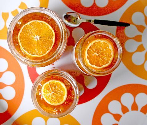 Trio av glasburkar med orange härlig marmelad i varje och på toppen en apelsinskiva i genomskärning. apelsinmarmelad.jpg