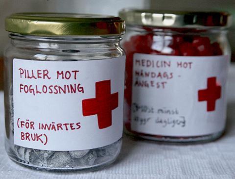 """Små glasburkar i medicinburkstil med etiketter som """"piller mot foglossning"""" för invärtes bruk."""