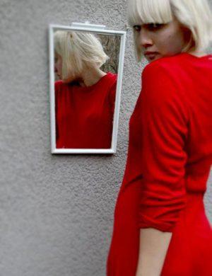 Blond Clara i klarröd klänning