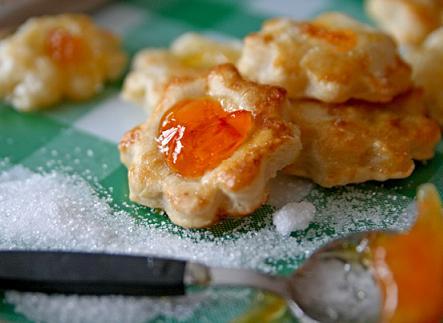 Små blomformade kakor av smördeg med en klick apelsinmarmelad. Enkla recept är ofta de godaste! apelsinkaka.jpg