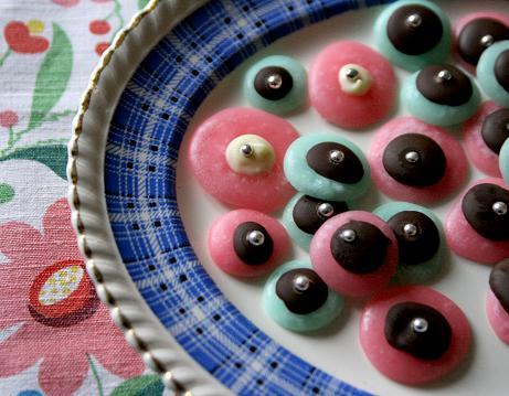 Pastellgröna och rosa mintkyssar på tallrik. uc-5342.jpg