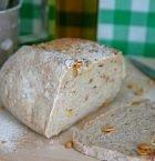 Ljus limpa uppskuren så att det syns att brödet innehåller valnötter.
