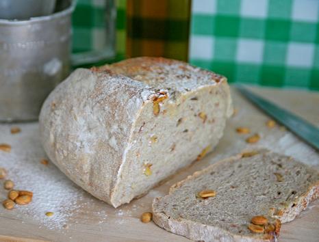 Ljus limpa skuren i skivor med tydliga bitar av valnöt i brödet. valnotsbrod.jpg