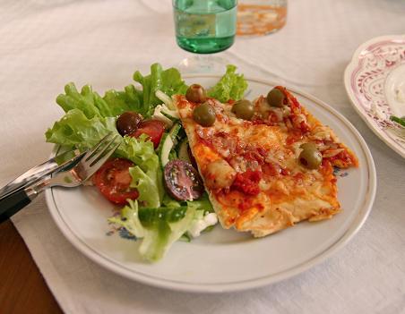 Hemgjord pizza på egen deg med egen tomatsås och olivet på tallriken. picture-1158.jpg