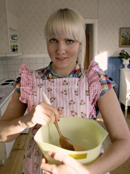Pizzadegen ska röras till. Här är jag pizzabagare i rosa förkläde. picture-1344.jpg