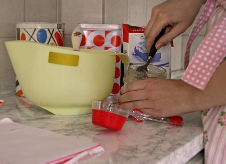 Pizzabak i köket. Recept på pizza från deg till tomatsås och färdigt recept med egna ingredienser. picture-1351.jpg