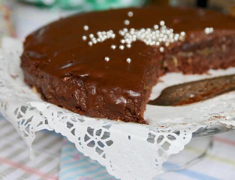 Kladdkaka som omvandlats till falsk sachertårta med choklad och rabarber. falsk-sachertarta.jpg