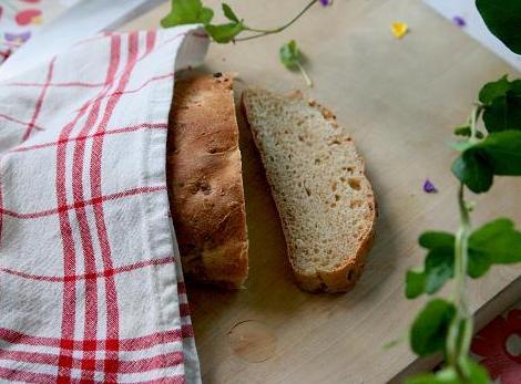 En skiva bröd från en limpa som ligger under kökshanduk. kesobrod.jpg
