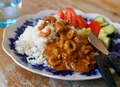 Räkor i het kryddig blandning serveras till ris och grönsaker på blåblommig tallrik. kryddigarakor.jpg
