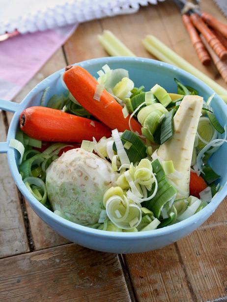 Morot, purjo och andra grönsaker i bunke på köksbordet. buljong-041.JPG