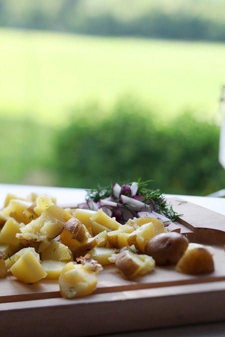 Sommarmat fixas ute på skärbrädan i det gröna. potatissallas-005.JPG