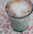 Dricksglas med skummande iskaffe i.