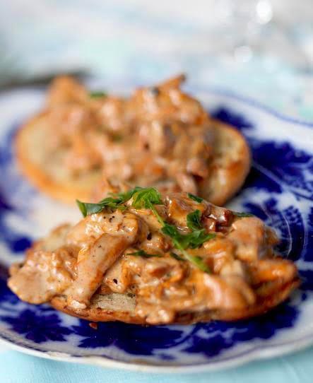 Krämig toast med svamp, kantareller på tallriken. prodipe-213.jpg