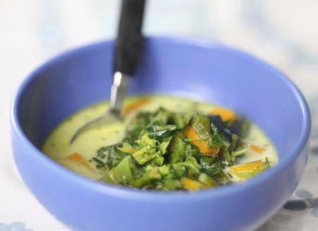 Broccolisoppa serverad i blå soppskål. prodipe-224.jpg