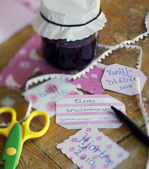 Pappersetiketter av vitt och rosa med spetsband.