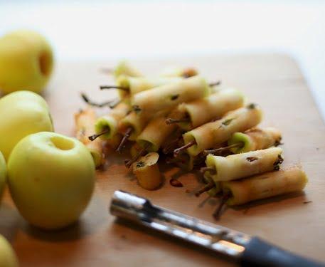 Äppelpipa har kärnat ur ett gäng äpplen.