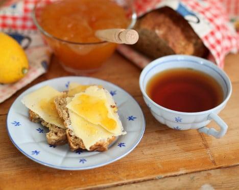 Brödskivor med ost och citrusmarmelad.