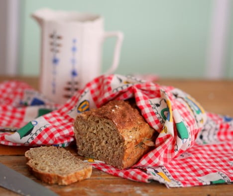 Nybakat bröd i kökshanduk.