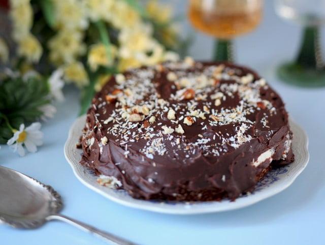 Krämig chokladtårta med mandelflarn och kokos.