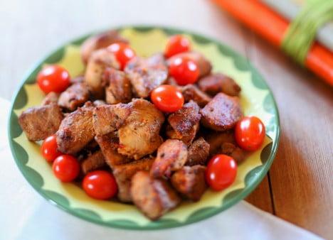 Fat med tofubitar och små tomater.