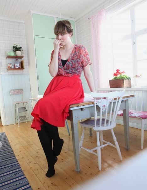 Mitt kök och jag i röd kjol och blommig omlottblus.