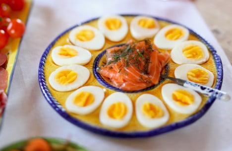 Ägghalvor i cirkel på fat.