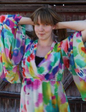 Clara i glad mulitfärgad tunika.