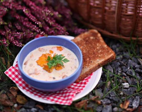 Svampsoppa med kantareller serverade i blå soppskål utomhus.