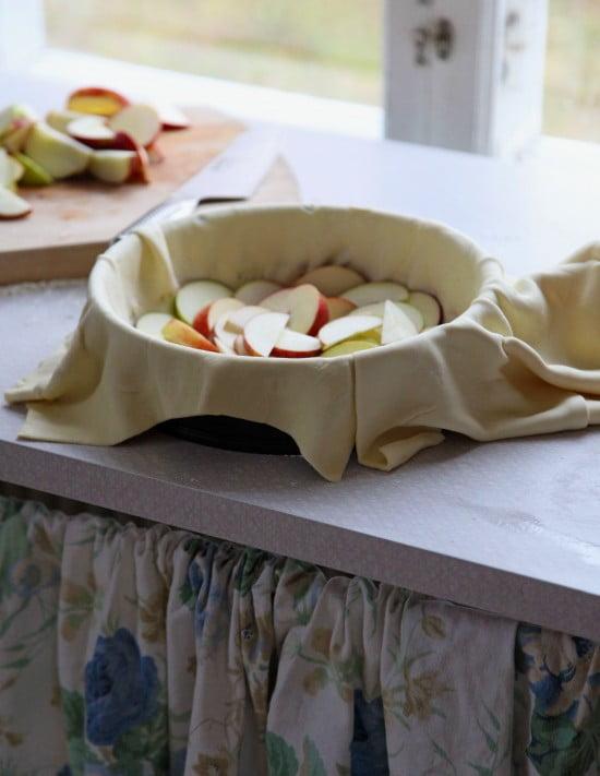 Skivade äpplen i pajdegsklädd form.