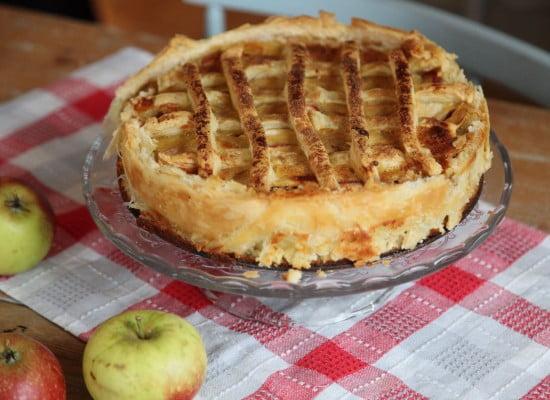 Färdigbakad äppelpaj med frasiga kanter och rutmönster ovanpå.