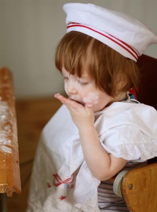 Min son smakar på ingredienserna direkt från sin lilla hand.