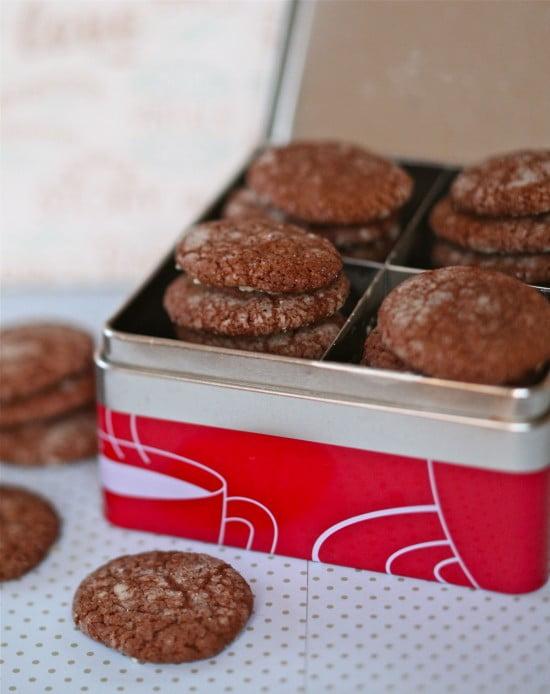 Chokladbruna kardemummakakor travade i plåtburk för småkakor.