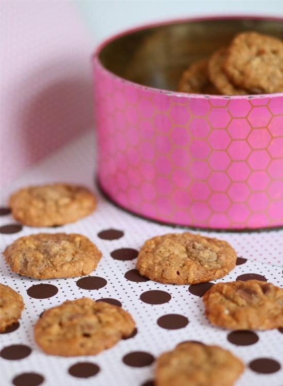 Ljusbruna kakor i rosa plåtburk och på ljus prickig duk.