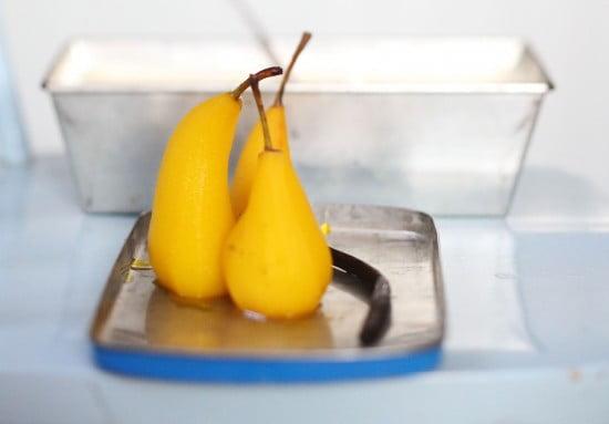 Skalade päron som fått färg av saffran.