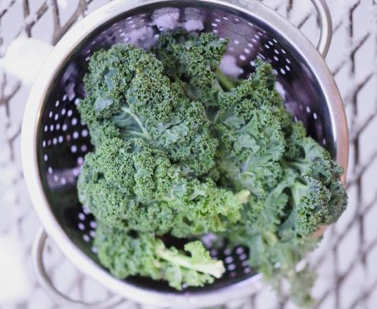 Färsk grönkål i durkslag.