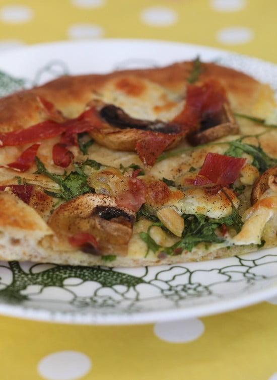 Nygräddad pizza på tallriken.
