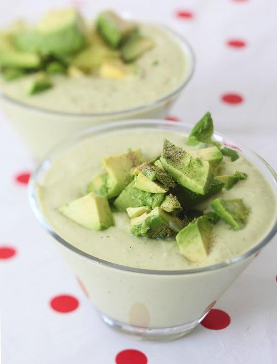 Färdig soppa med bitar av hackad avokado på toppen.