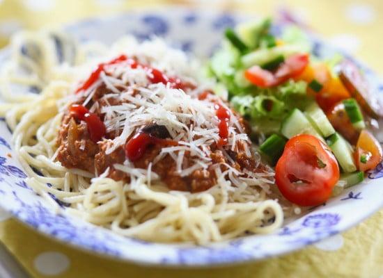 Tallrik med spagetti och vegetarisk sås som påminner om köttfärssås.