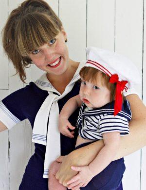 Clara klädd i sjömansklänning håller i Bertil som liten pojke i sjömansdräkt och hatt med band.