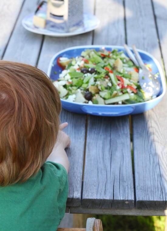 Sommarsallad på trädgårdsbord.