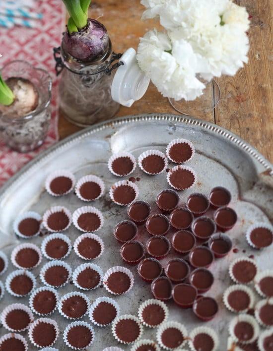 Chokladgodis i knäckformar på silverbricka.
