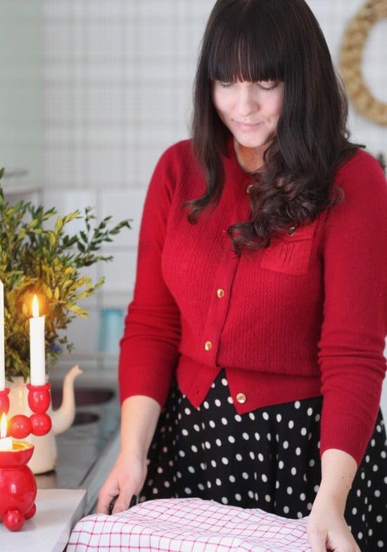 Julstök i min röda kofta med guldknappar. Början av december är en bra tid att börja med julgodiset.