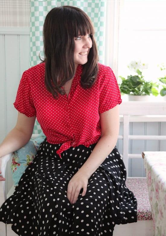 En glad dag i helprickigt. Rödblus med små vita prickar, mörk kjol med större prickar och vidd.