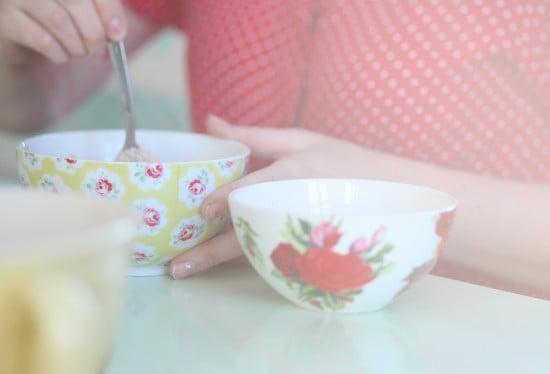 Olika varianter av rosporslin i små skålar används i semelbaket.