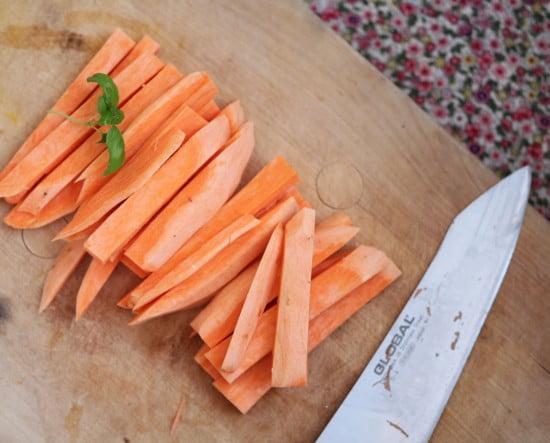 Morötter skurna i stavform.